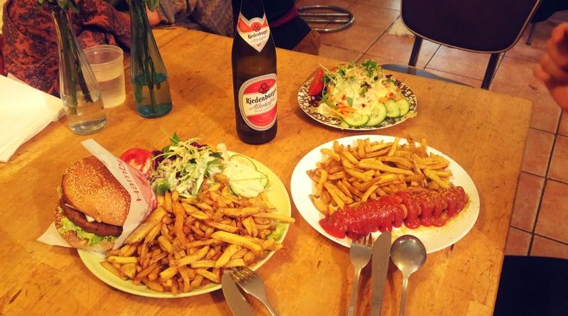 Večeře v YoYo - burger s oblohou a wurst. A nealko pivo.